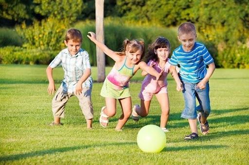 Tám dấu hiệu nhận biết trẻ hướng ngoại